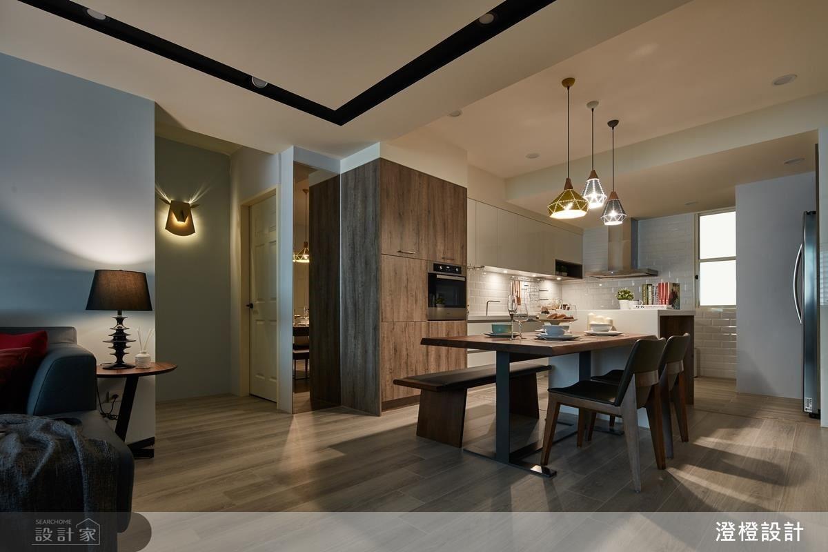 除了彙整公領域的前後採光,也運用燈光補強、提亮客廳餐中段光線稍弱部分。