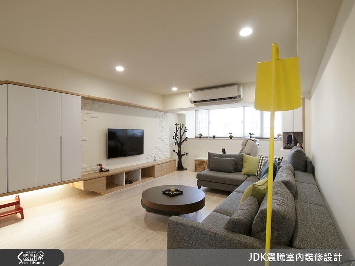 改造後的老屋,玄關的收納櫃一路串連至電視牆,懸吊式設計配合間接打光,減輕壓迫感,整體空間以清淺色調交織出溫馨自然的北歐風情。