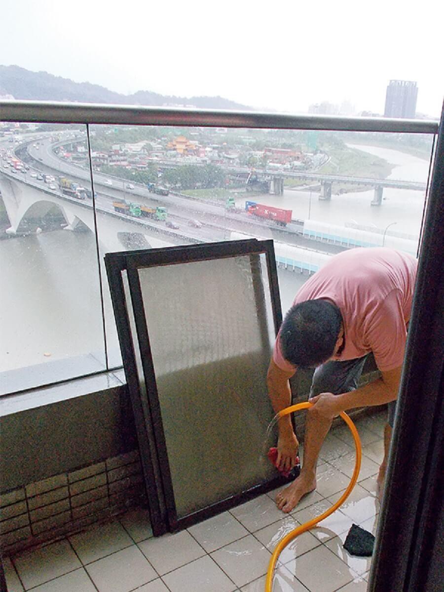 拆卸紗窗,清理窗溝。 圖片提供_今硯室內裝修設計工程‧張主任