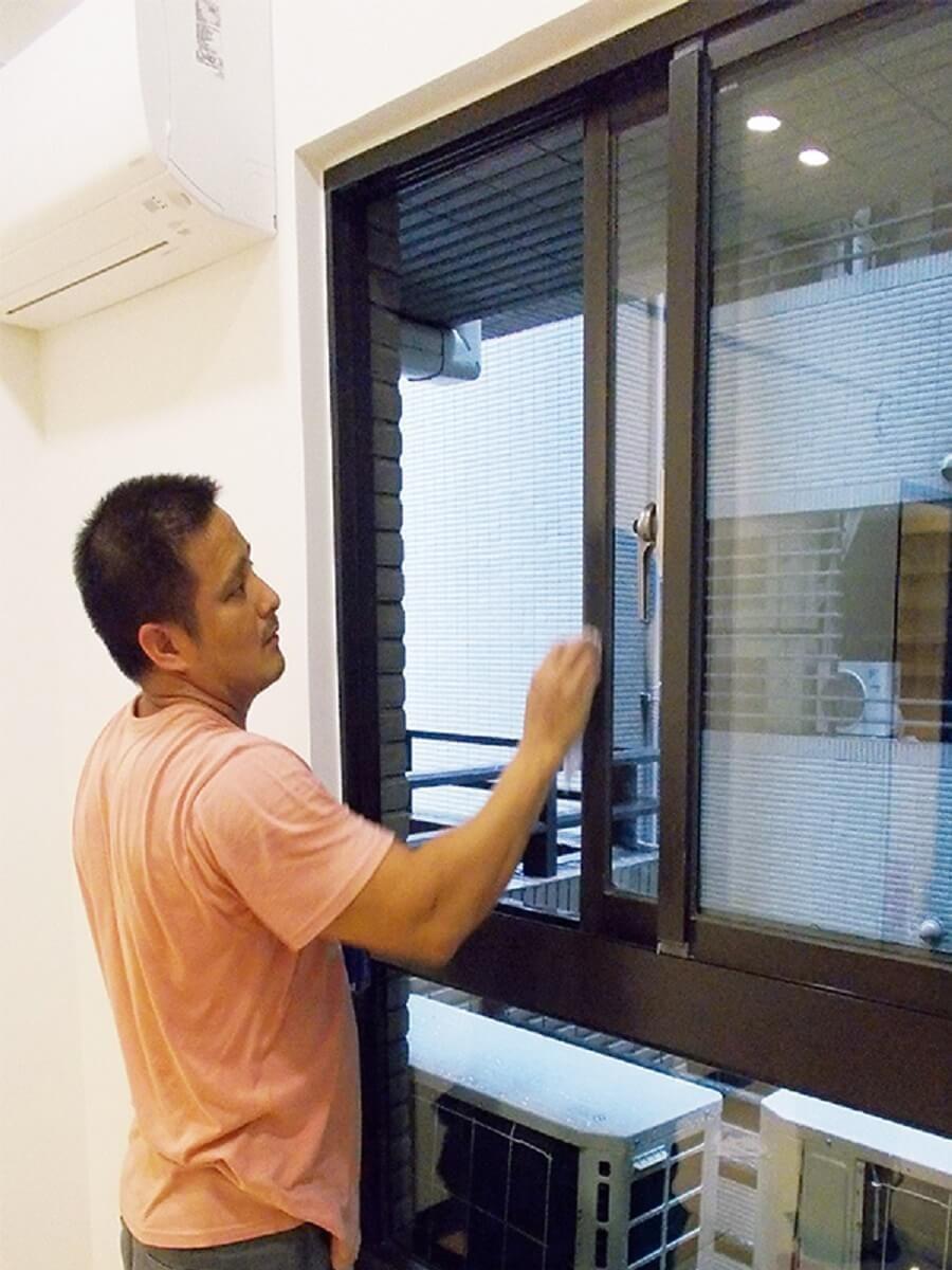 清理窗框玻璃。不鏽鋼鐵窗若有鏽跡,要用去鏽劑處理。 圖片提供_今硯室內裝修設計工程‧張主任