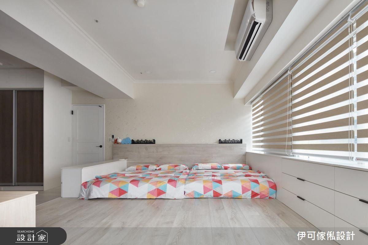 主臥利用架高木地板變成的通鋪,兼顧學齡前兒童的睡眠安全。