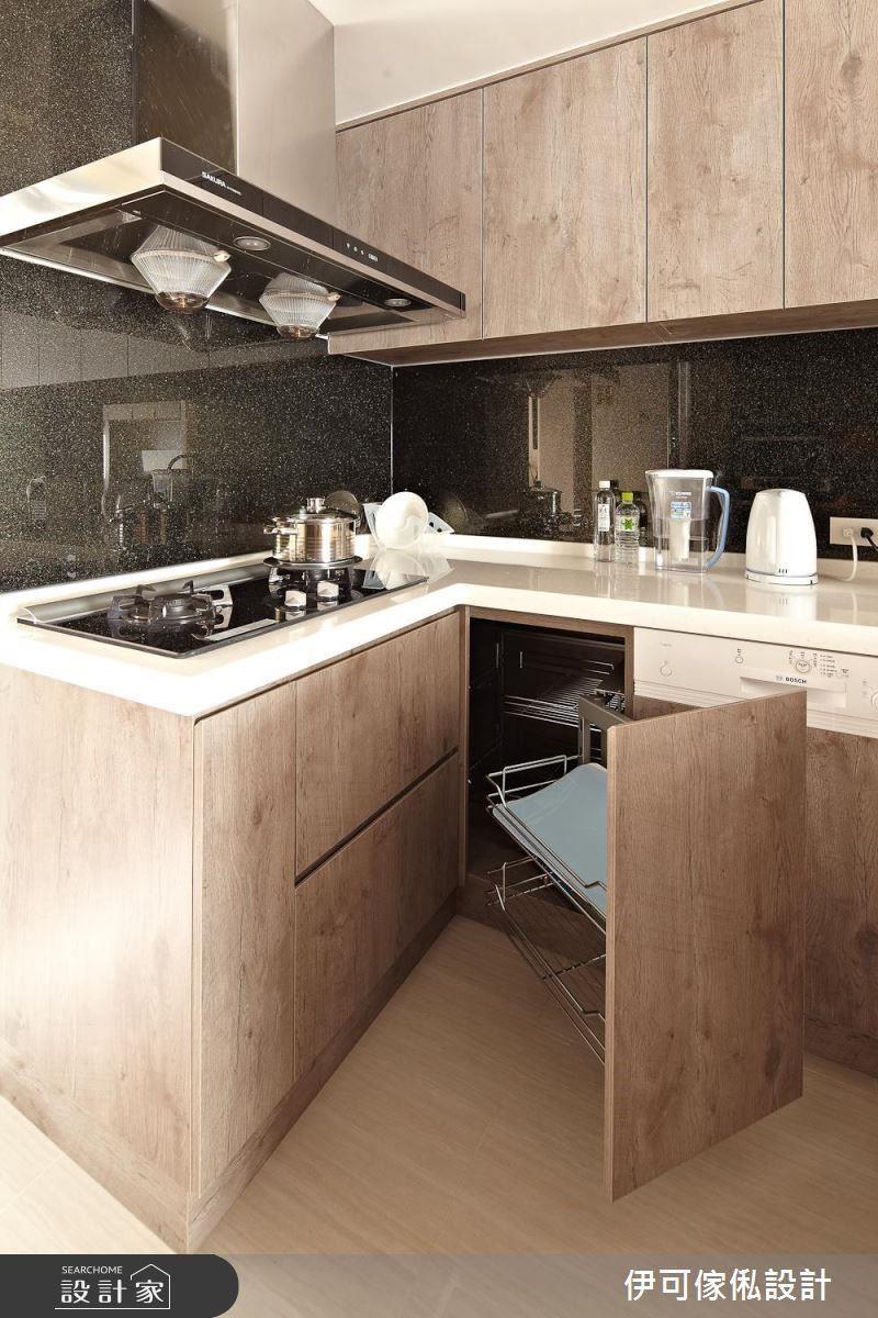 系統廚具隨需求多元搭配,當中包含可以解決轉角空間浪費的轉盤五金、下拉式設備。