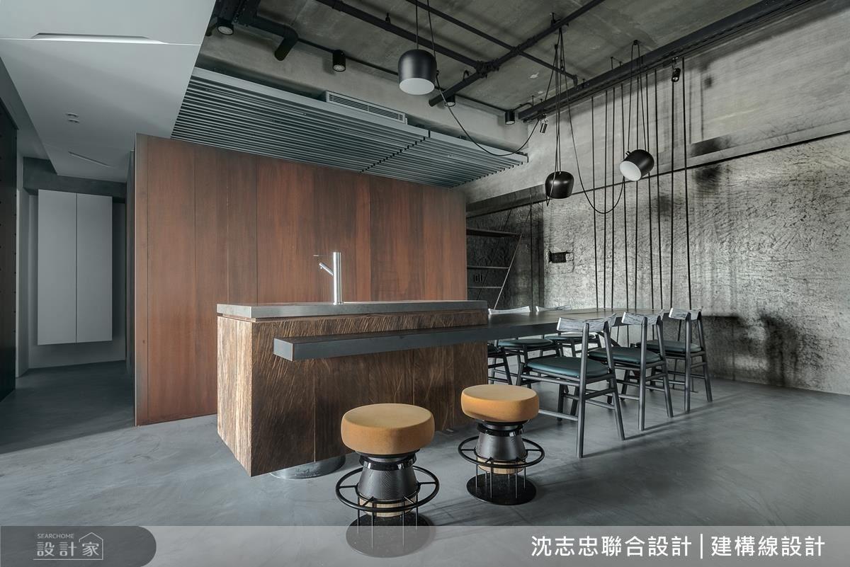 廚房拉門以雷射切割的圓洞設計,讓光影穿透後產生明暗變化的驚喜。