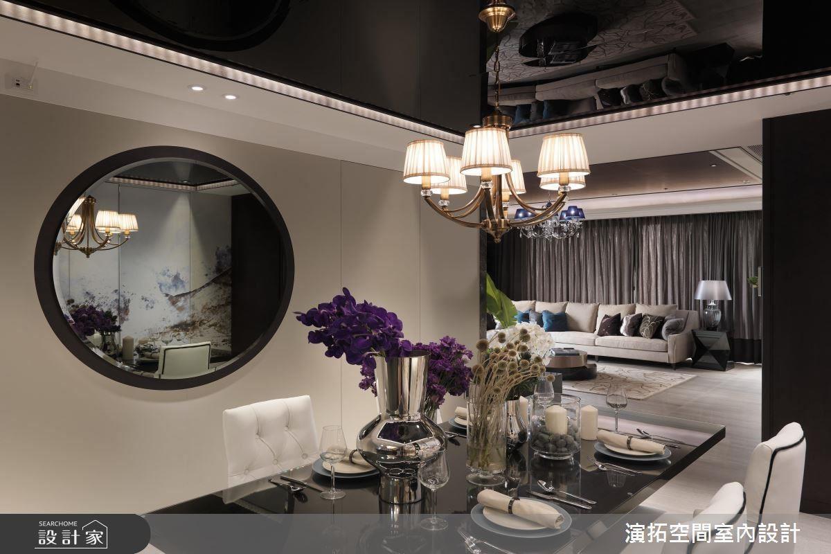 雄渾的山水圖騰櫃體,與對面圓鏡相互呼應,投射出中國山水意境。