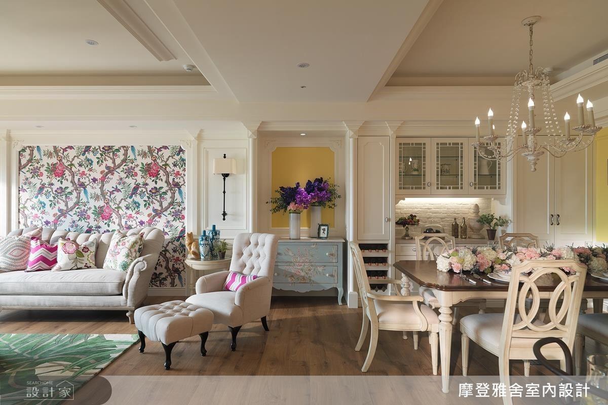 鮮豔花鳥壁紙成為公領域中最亮眼的焦點。