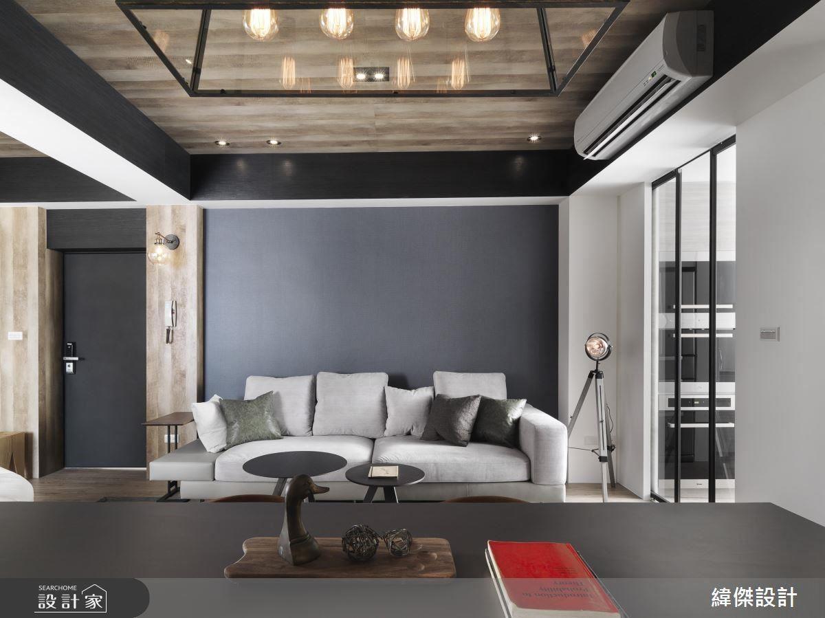 順應房子本身的樑體,門口到天花板設計利用木皮做包覆,襯托人文質樸感,黑框線條的勾勒,使空間閱讀起來更有立體感。