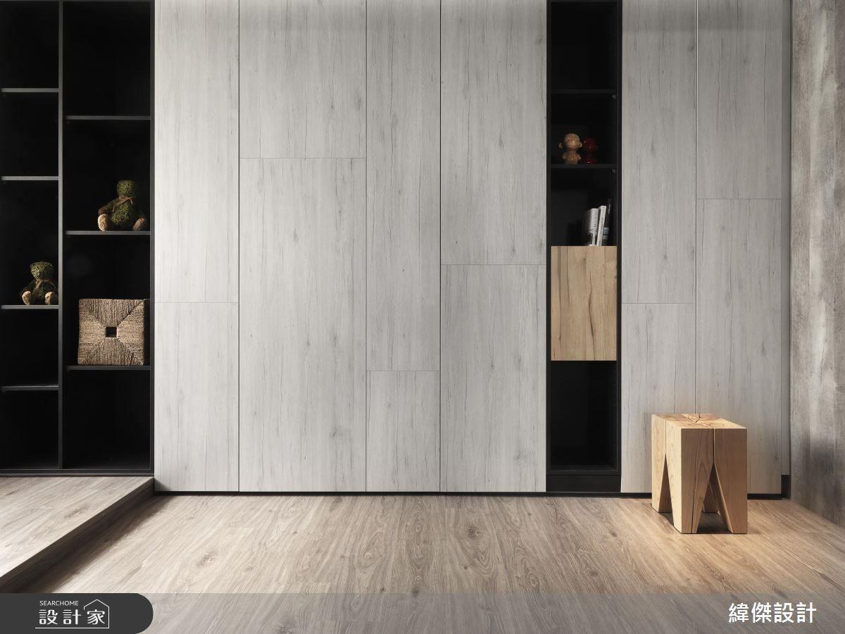 簡約質樸裡的機能性,反應在整面收納櫃體,使屋主能夠將原在 40 坪宅居的物品,完全收納在僅有 24 坪的空間裡。