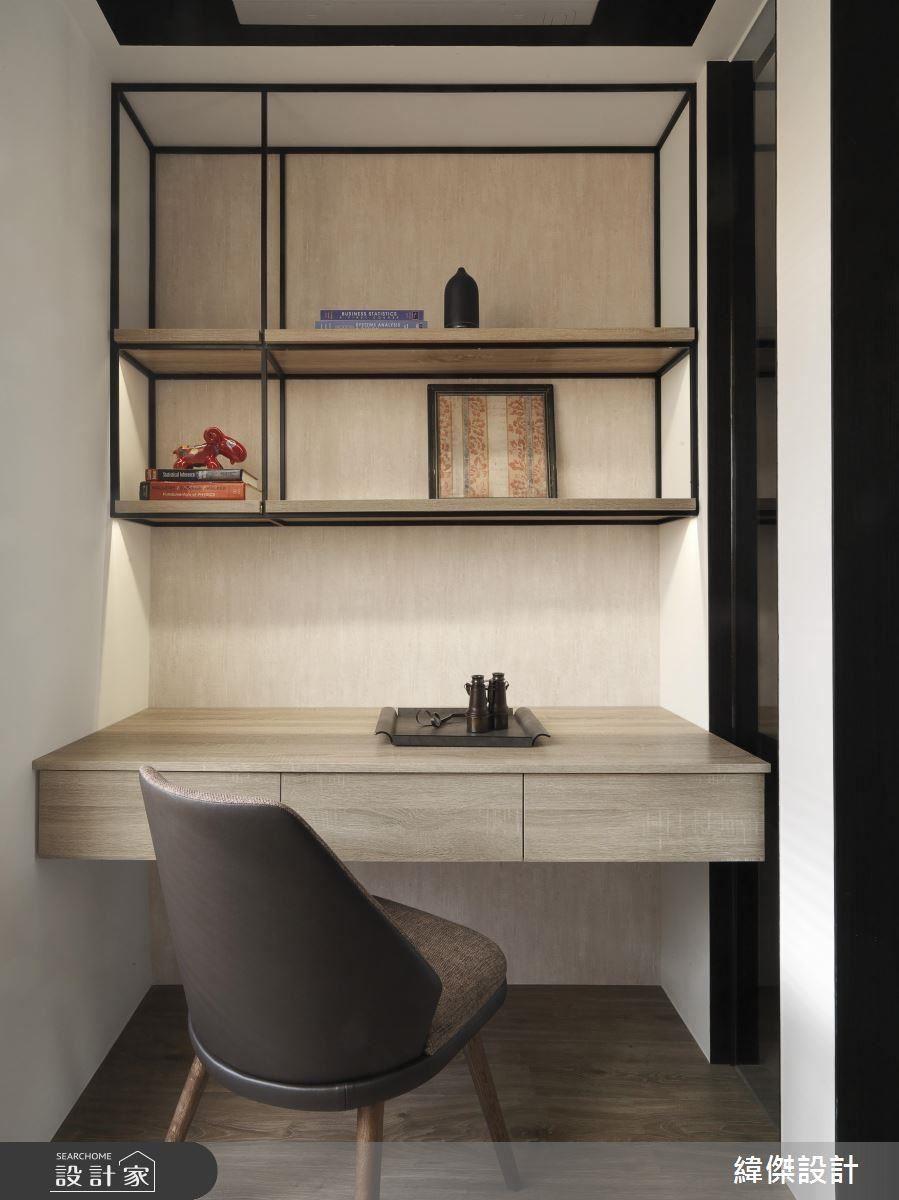 書房利用鐵框玻璃拉門製造開放式空間的同時,也能保有屋主的私人領域。