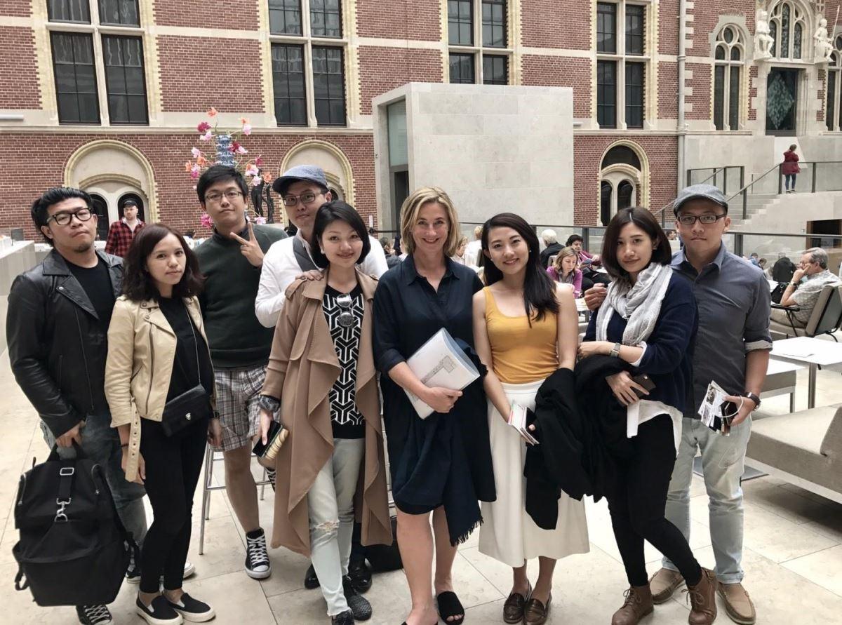 近二年在台灣 Dulux 空間色彩大賽上表現獲得優勝的合砌設計、大晴設計,一行人在歐洲與 AkzoNoble 色彩美學中心的總監 Heleen Van Gent(右四)合影。
