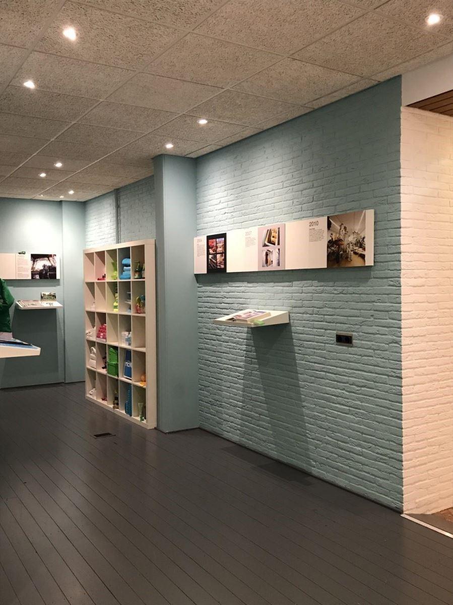色彩體驗中心裡,藉由粉嫩壁面烘托視覺主題。