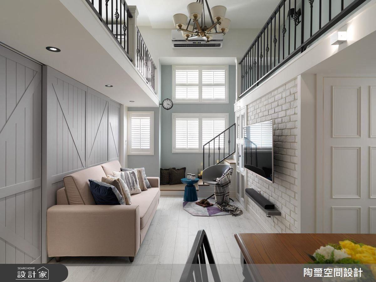 設計師將樓梯移到窗邊後,整個公共空間擁有更明亮的感受,搭配湖水綠、淺灰藍和嫩粉紅等色調,調製出輕柔浪漫的氛圍。