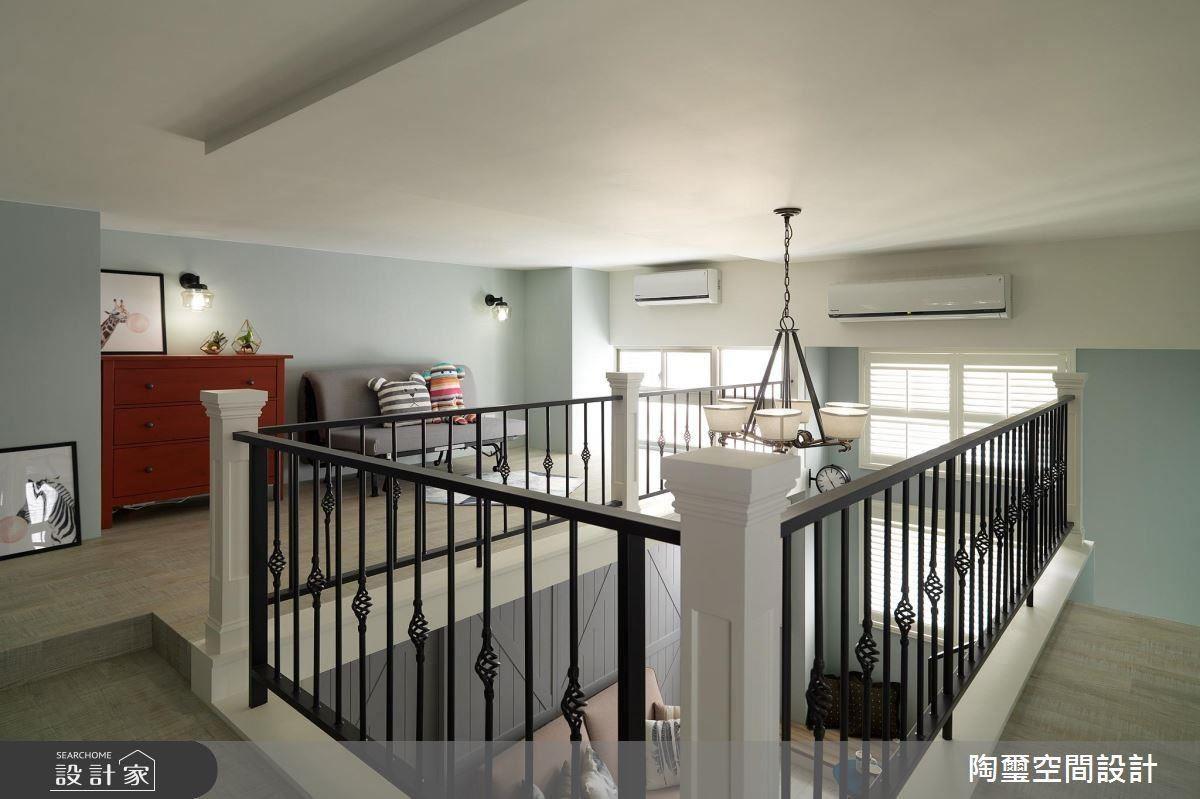 將臥室樓板抬高 10 公分,讓臥室區可以擁有更舒適的高度,也成為二樓起居空間的領域分界。