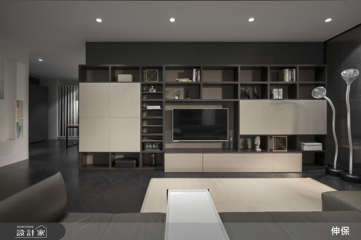 智慧機能設計,展示櫃兼具電視櫃、收納、展示功能,同時對空間做出材質與色彩的呼應。運用板材的面積、厚度差、材質別、色深淺等,多重幾何配搭創造層次感。此外,差異化的深度、間距、開闔,讓功能性大為提升。