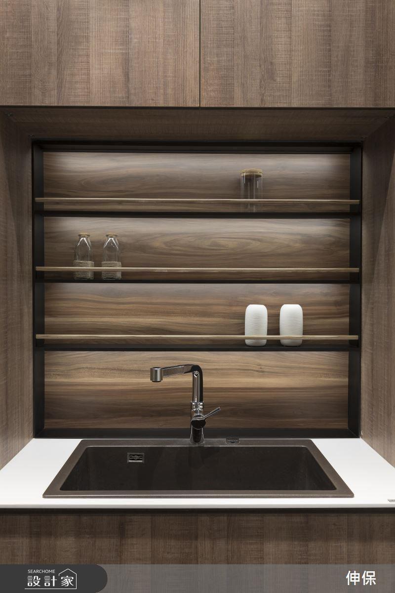 迎賓用的流理檯,高質感的簡約流線設計,降低視覺的干擾;簡單的木條櫃擋,使用更順手。