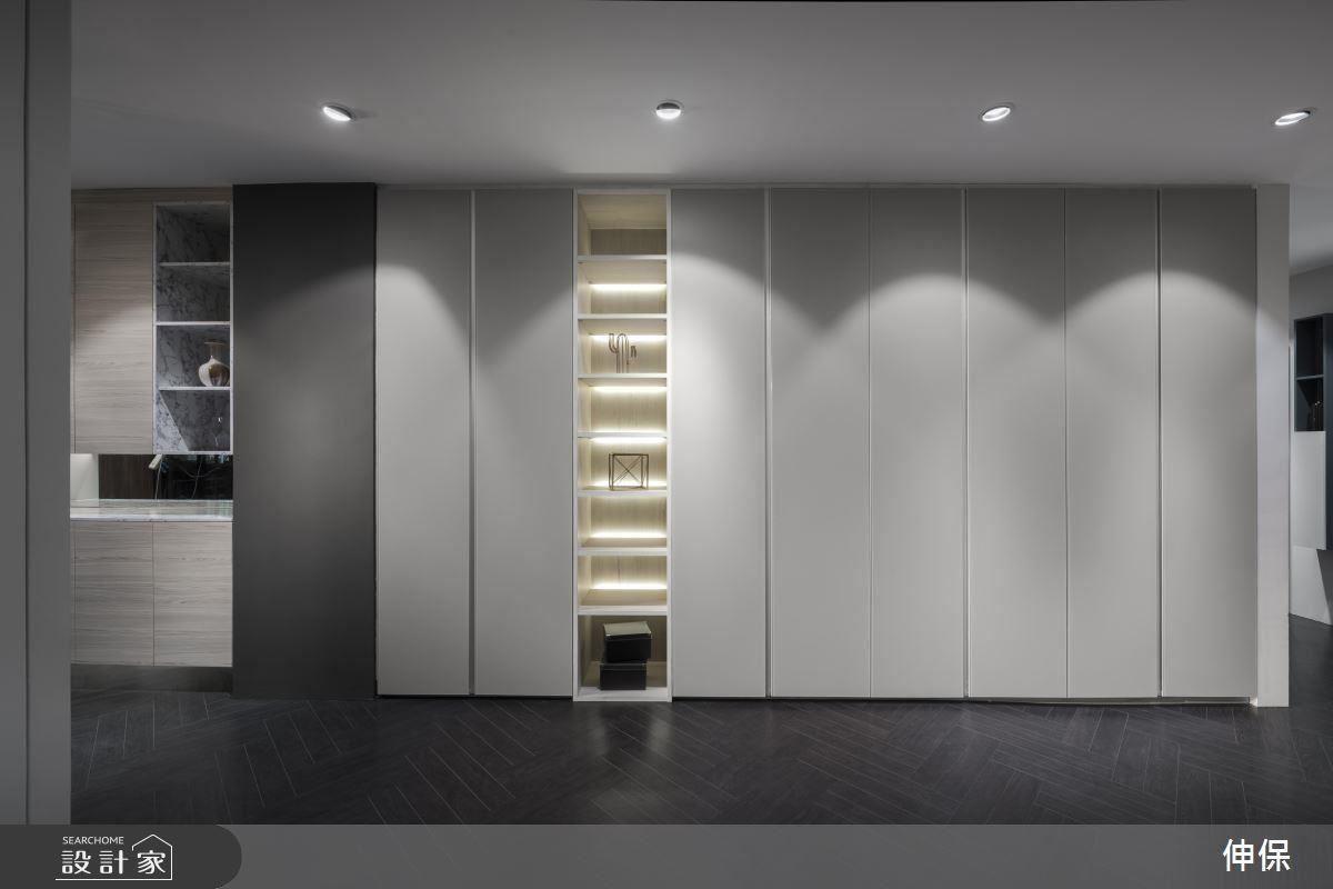 衣櫃兼展示櫃,細膩的線條寬窄相間,無痕式的溝槽把手隱匿其中,雅致又能有效利用空間,充分體現線條的美感。