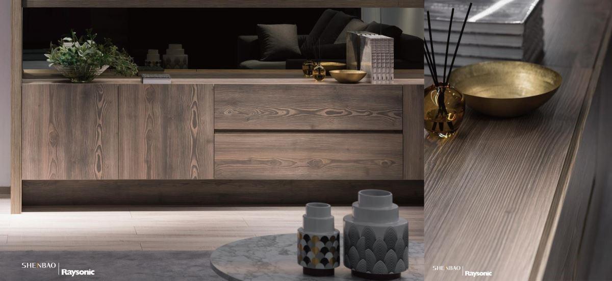 隨著光線的映照,櫃體流露出自然的木紋肌理,替空間挹注生動的氛圍。