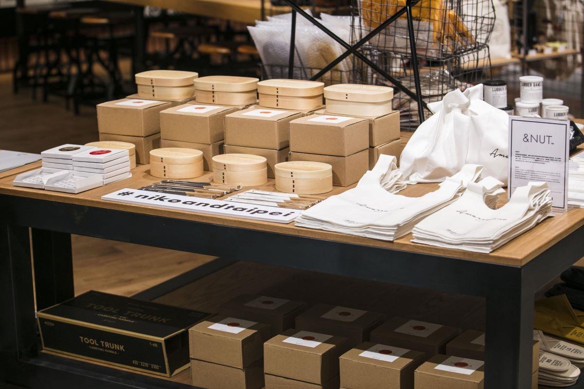 來自日本品牌&NUT的產品,以竹製便當盒、強調素材感的便當袋,訴求簡約實用的目的。