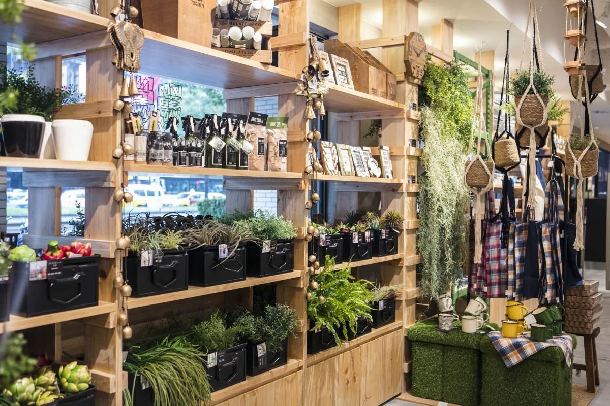 人造綠植,搭配特色花器,讓人在都市中也能隨時被療癒。
