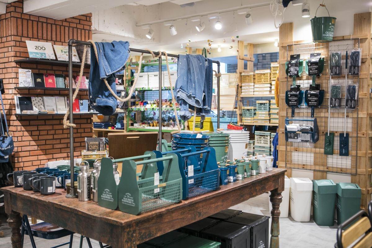 與美國的OLD SMITH品牌合作,這個品牌的人氣商品,以DIY用品為主,打掃用具、水桶、工具箱和塑膠製品都是暢銷小物。