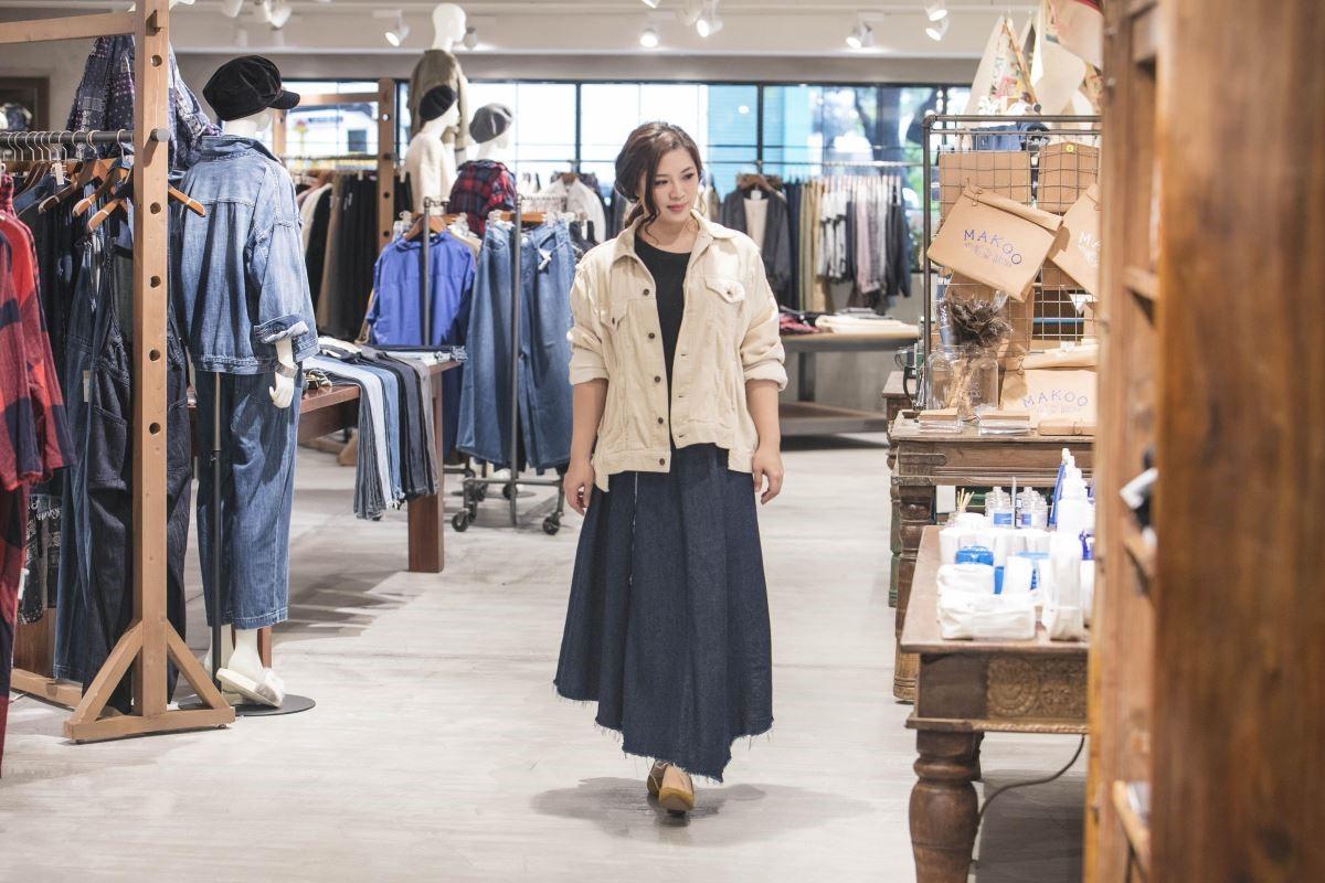 林貝珍設計師身穿niko and...燈心絨OVERSIZE外套、單寧拼接長裙、麂皮包鞋。