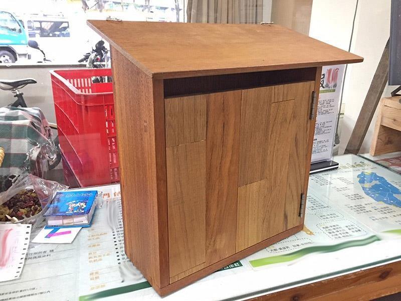 鐵木剩料拼接而成的實木信箱。攝影_林黛羚