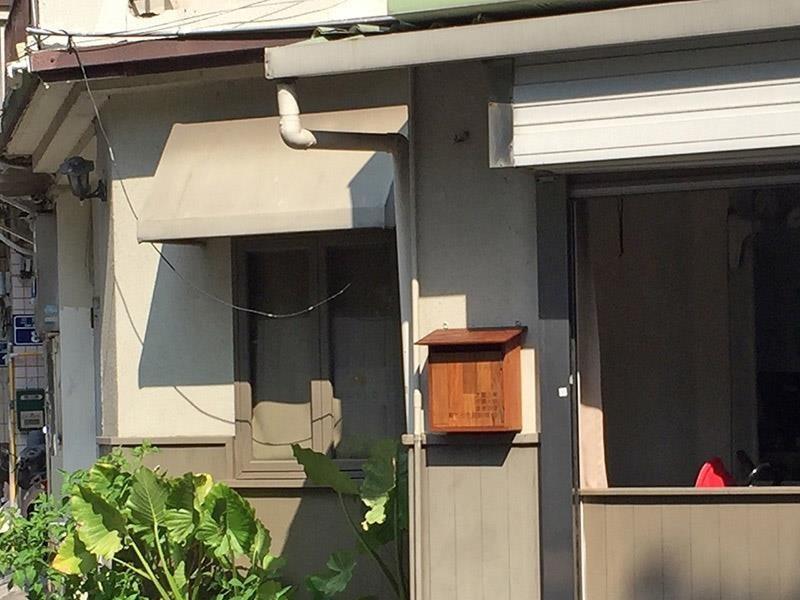 塗上天然護木油,信箱順利固定在外牆上。攝影_林黛羚