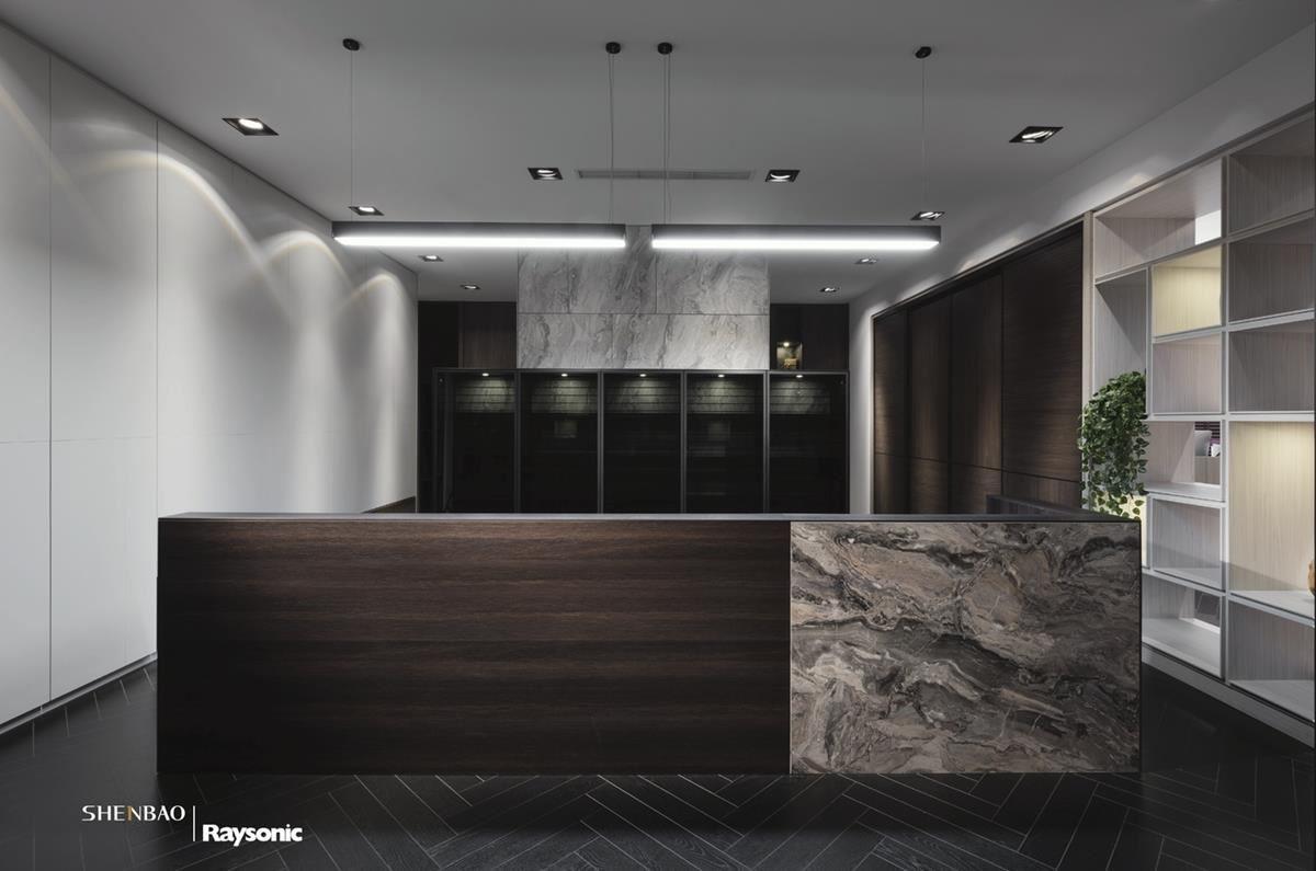 藉由石材與木紋的異材質混搭,創造出俐落且大器的空間氛圍。