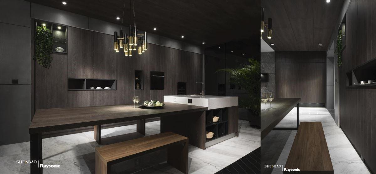 備餐櫃保留溝縫的細節,結合開放層架與收納門片為風格造型。