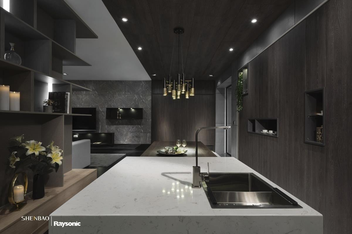 深色木皮從壁面延伸至天花板,銜接一旁的餐櫃,創造出氣勢非凡的廚房空間。