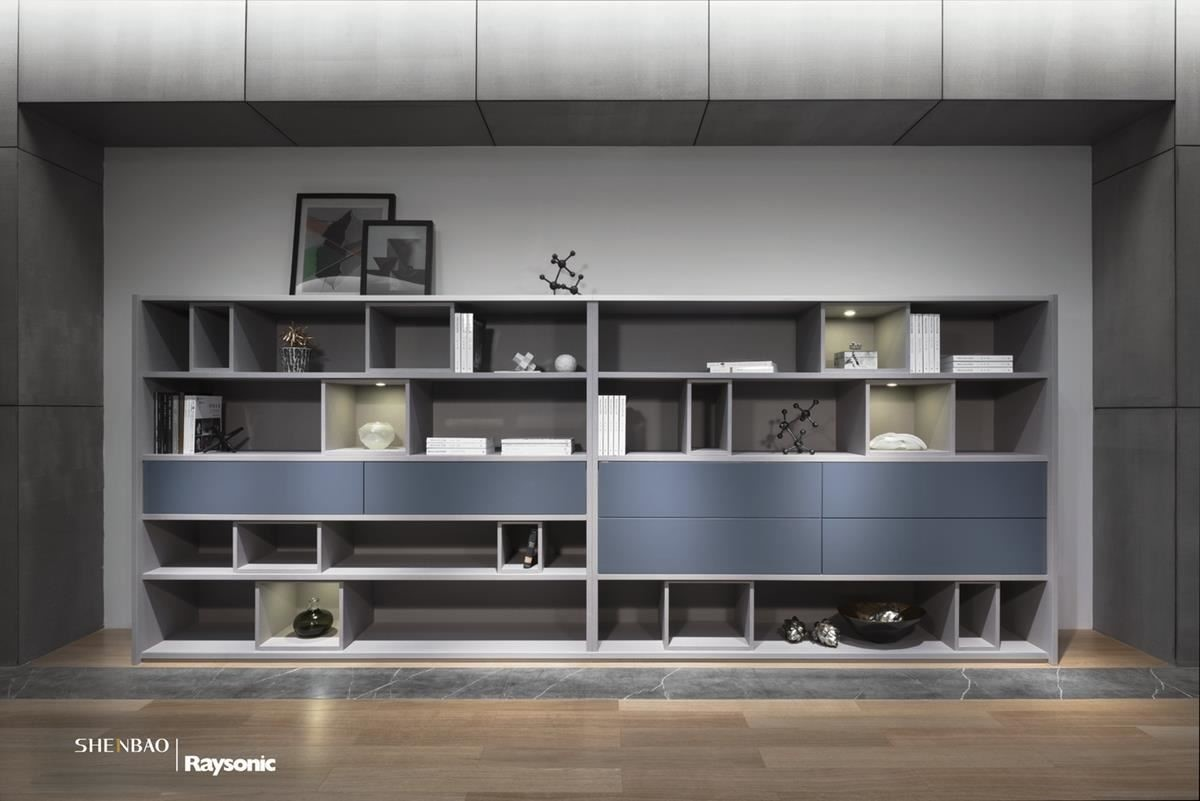 透過層板框構出豐富的收納造型,加上門板以淺藍色調妝點,流露清爽、人文的居家特色。