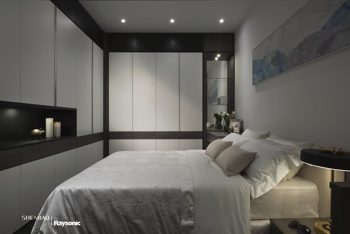 臥室空間裡以米色系作為基底,壁面以簡單門板排列,搭配嵌燈照明,掛上一幅淡雅畫作,醞釀靜謐、安定氣息。
