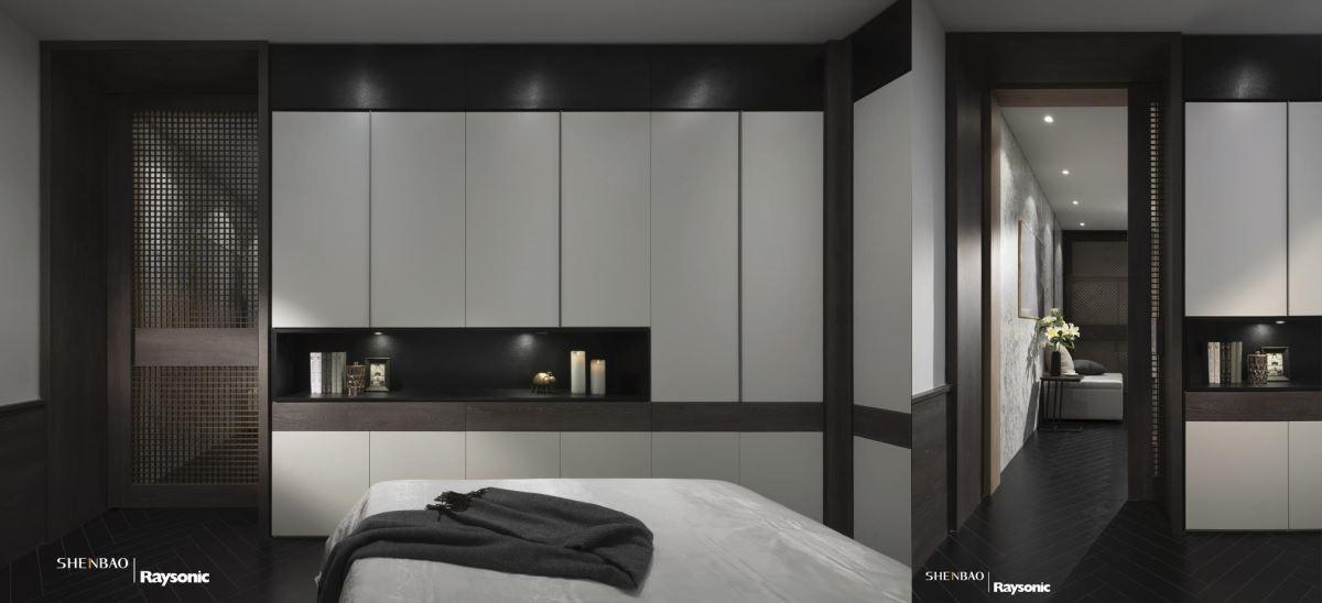 門板藉由米色調搭配,替沉穩的空間增添些許明亮視感;延伸深咖啡面板打造出網紗造型的拉門,透視的特質替空間帶來些許輕盈感受。