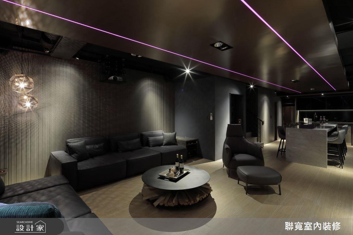 改善原先地下室天花板低矮、採光不足的問題,以金屬質感天花搭配情境燈光、大面綠色植栽牆,創造寬闊迷人的祕密聚會基地。