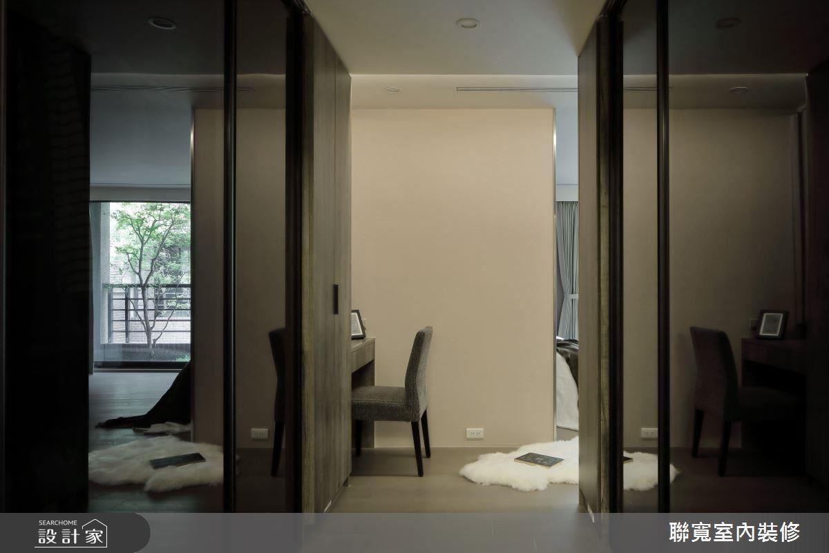 以通透玻璃拉門設計,為狹長的更衣室走道帶來寬闊放大感。