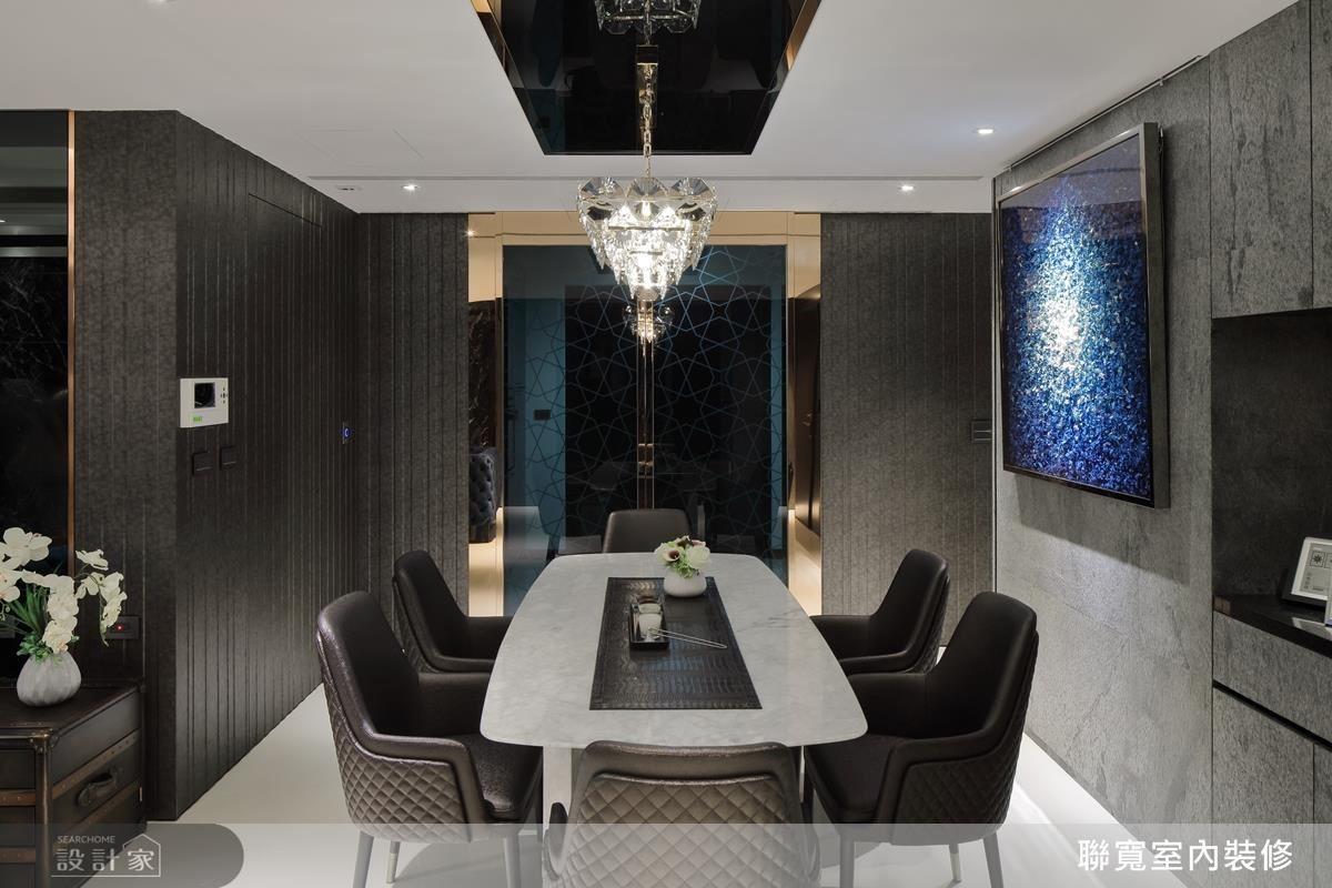 餐廳天花板中,巧妙運用鍍鈦框與黑鏡設計,修飾天花大樑的低矮感,創造豐富的視覺效果。
