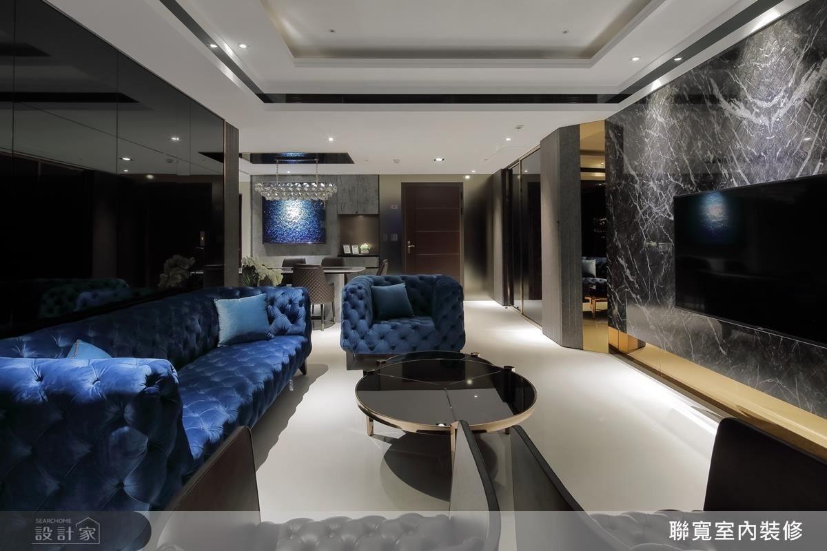在公領域中,以屋主選定的寶藍色沙發作為風格延伸,搭配精緻鏡面質感、氣勢深色電視牆面,營造低調奢華的居家風情。