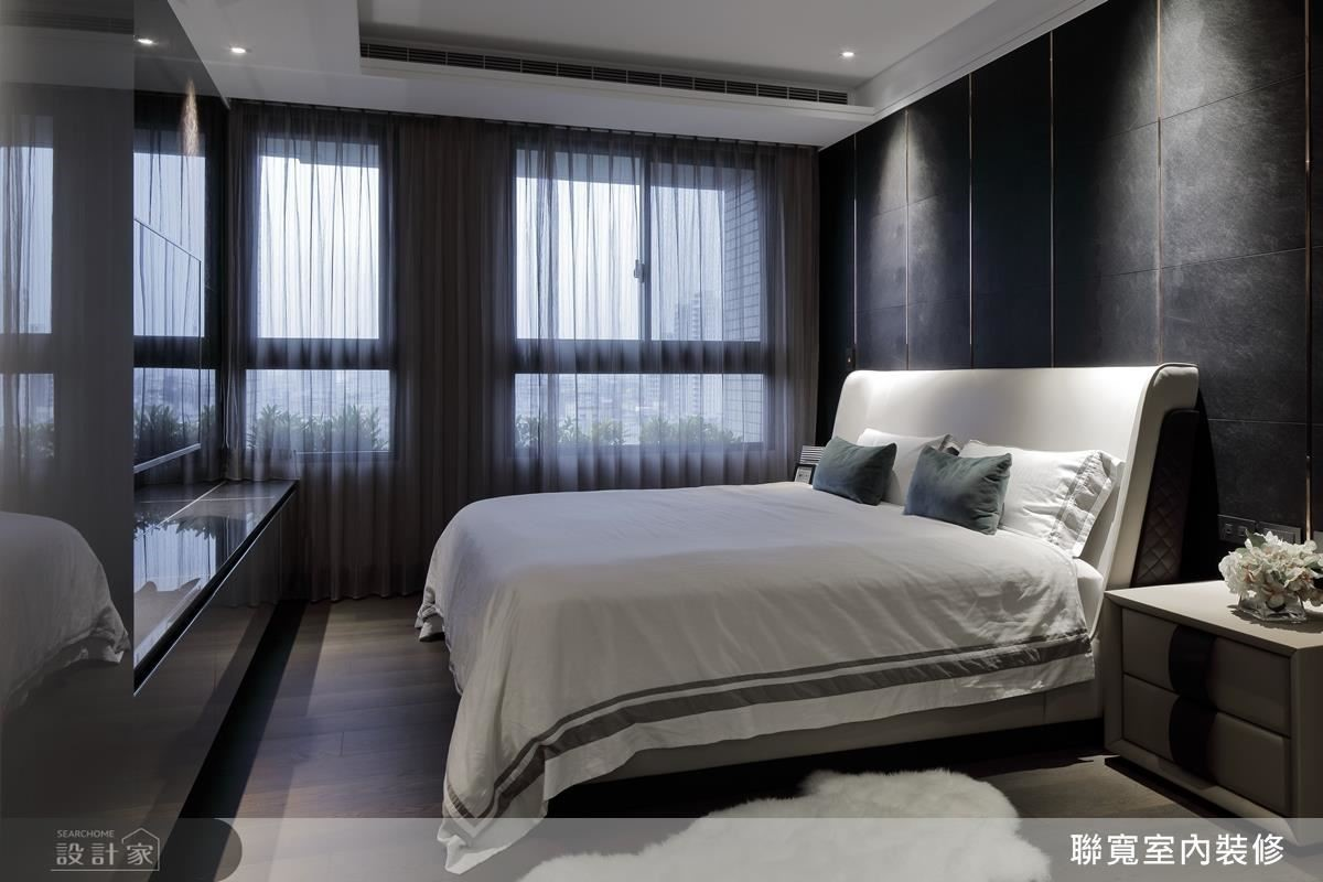 以金屬銅條搭配皮革板材質,為主臥室打造貴氣床頭牆面。