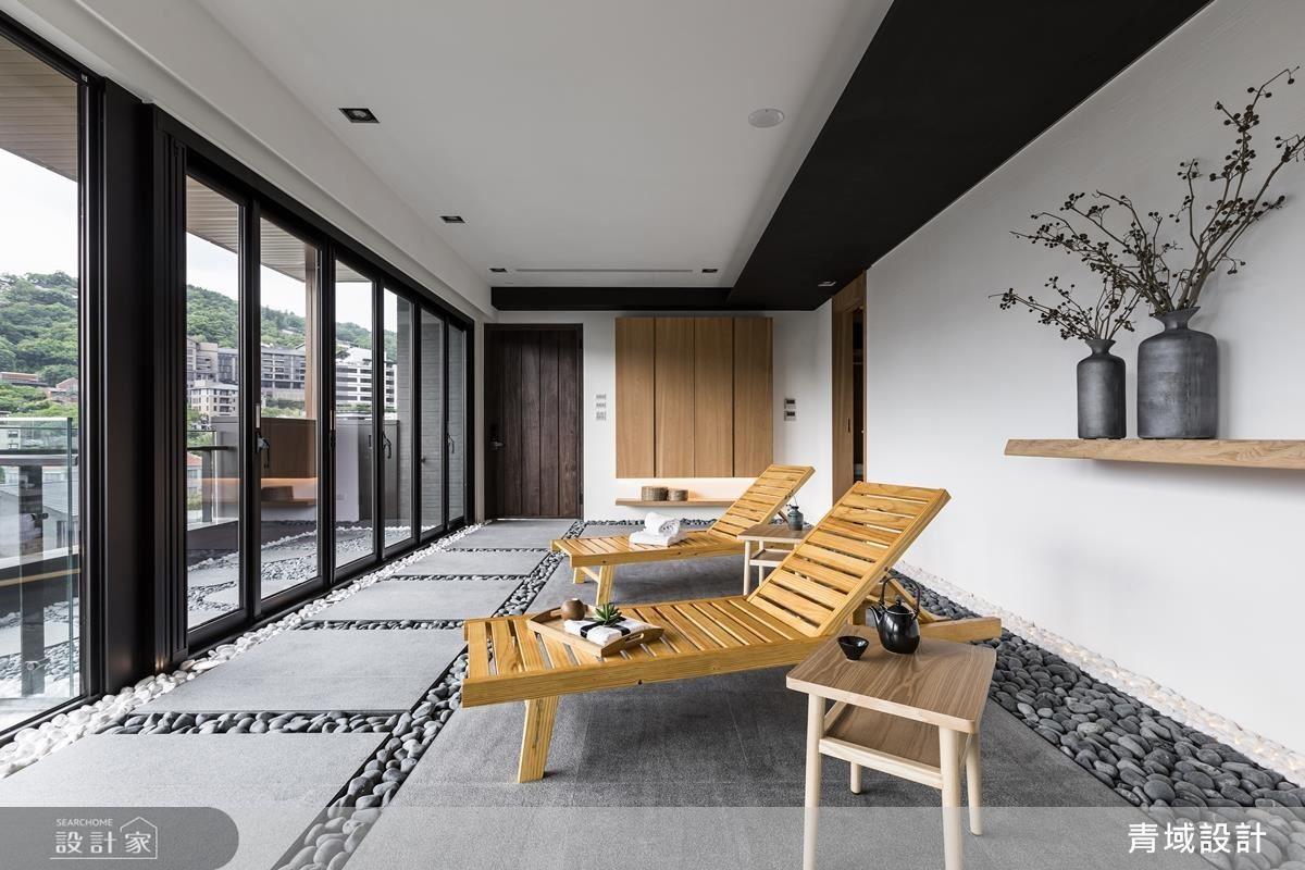 保留大面窗景,置入簡單的躺椅、實木層板點綴,營造自然休憩氛圍。