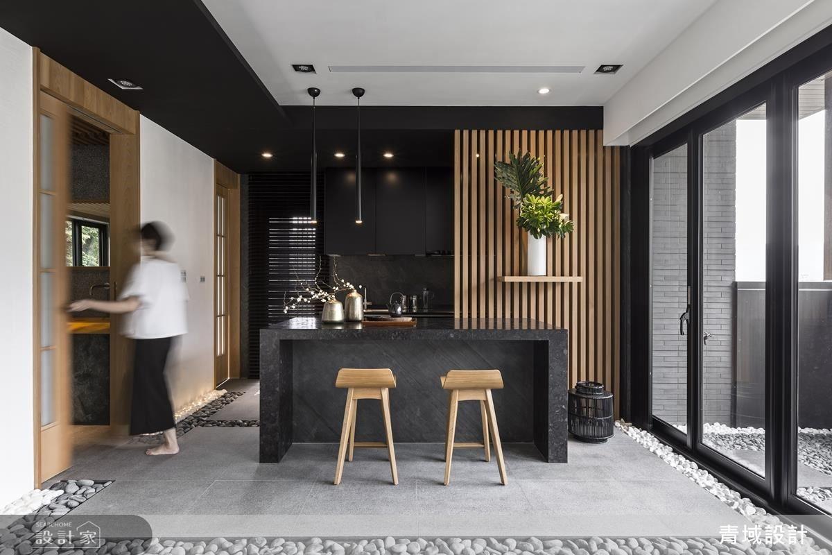 廚房中島旁以格柵設計作為入門端景牆。