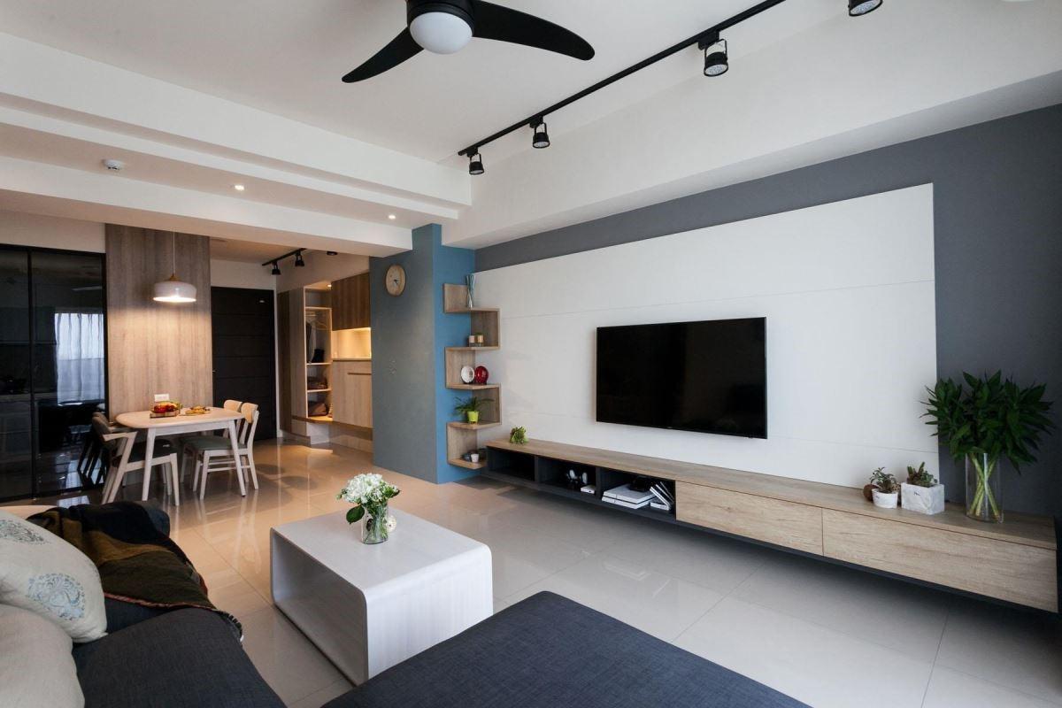 以材質與色彩的多元搭配,打造簡約北歐風新婚宅,灰牆上以黑白及木紋打造電視櫃,藍色黑板漆牆面,則是為未來新生小朋友塗鴉做準備。