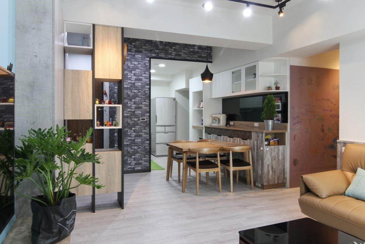 木紋及清水模板材搭配鐵件,成為入口玄關的端景,再以白色與灰木紋櫃體圍塑餐廚空間,打造簡潔工業風居家。