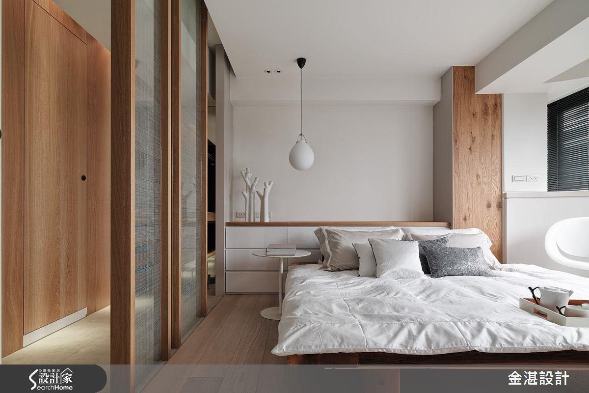 依據自己的預算,除了木作與木地板,也可以利用木皮或 PVC 木紋地板,搭配色調輕淺的軟件、家飾,即可完成日系簡約臥房。看完整臥房空間 >> 點此看圖庫