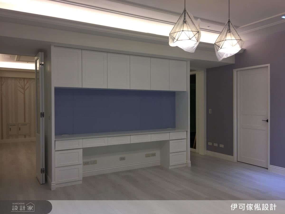木作結合系統板材檯面,提供餐櫃、書寫作業的多元機能。