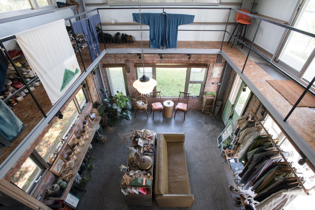 公公從事建築相關產業,先生郭班耳濡目染,這兩層樓的小工作室均由他一手策畫。