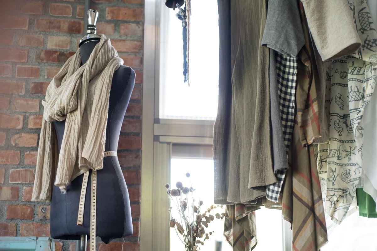 山米與郭班放下台北的工作,回鄉重新找尋生活目標,因而創立了這間「海邊的司廚」,專門製作布衛生棉及訂製服飾。