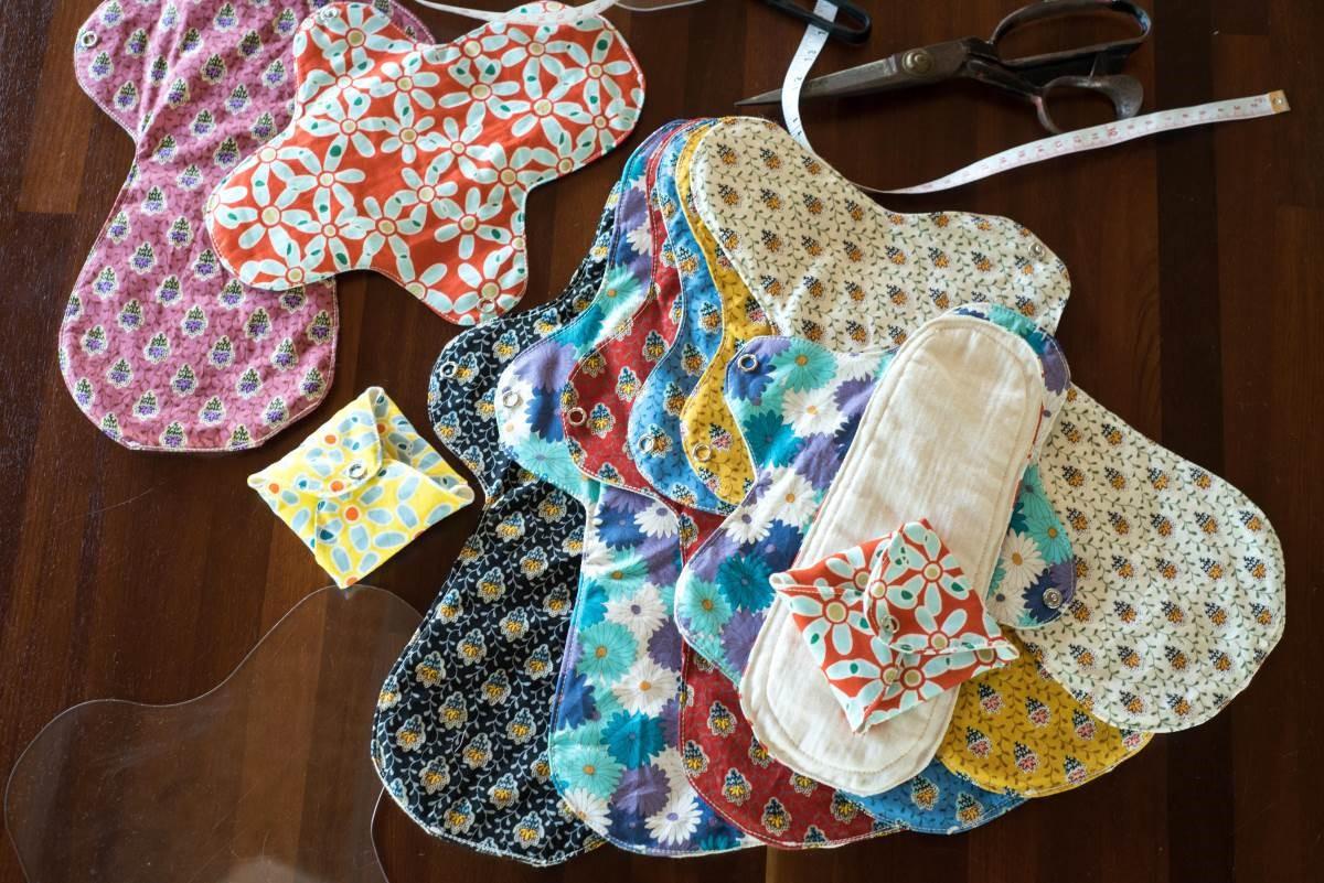 布衛生棉的選才要兼具吸水、易清洗、好曬乾三大要素,而山米製作的布衛生棉是以嬰兒紗布為主要材料,襯底可選搭有機棉胚布或花布。