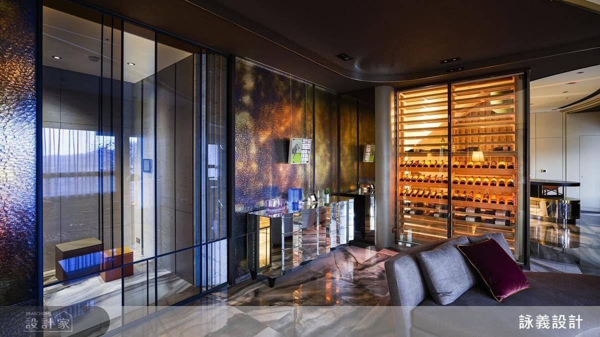 客廳牆面利用不同玻璃材質並蘊藏錯層的質感,讓銀波玻璃達到若隱若現的氛圍呈現,而仿古玻璃襯托出的繽紛色彩,使兩者的結合有相得益彰的感覺。