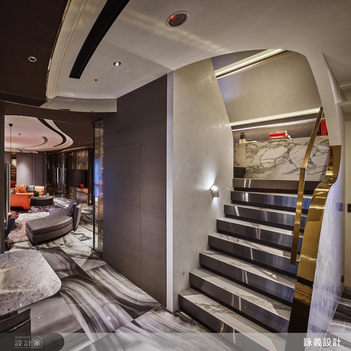 弧線從客廳環繞至餐廳,呈現空間的延續性,以金屬和大理石為主視覺,呈現階梯的時尚現代之感,利用材質作為空間的媒介,弧線延伸二樓成為轉折線條,預告空間的轉換。