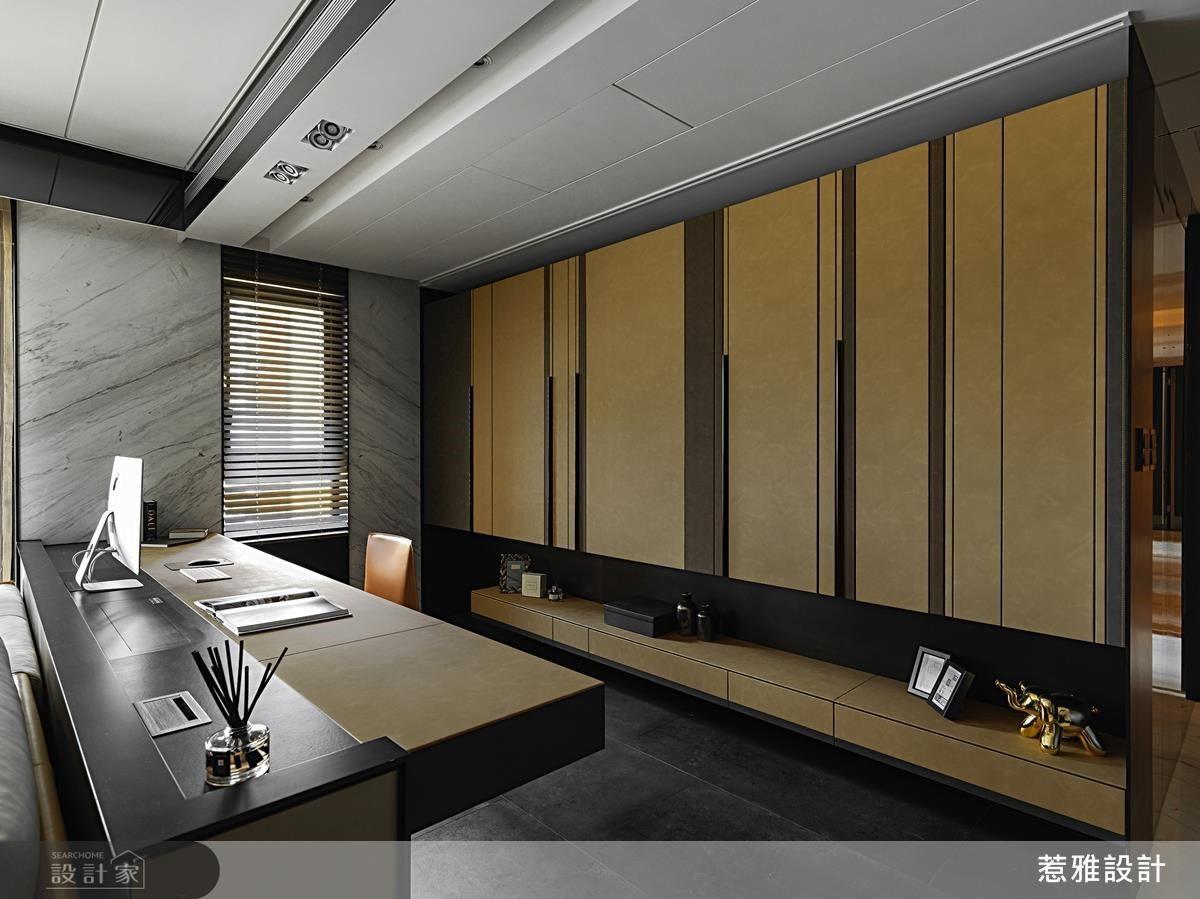 工作區後方櫃體材質選擇細膩皮革縫線,展現豪宅的不凡品味。