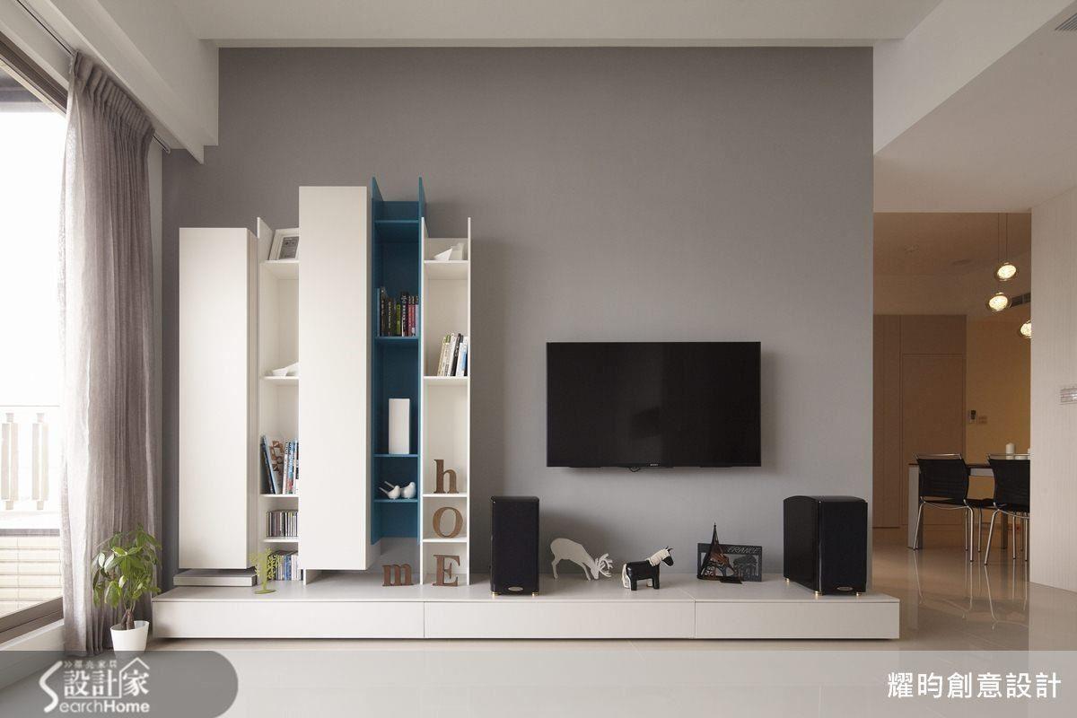強烈活潑的跳色造型櫃,在較冷冽的灰色牆面襯托下,成為最搶眼的視覺聚焦。